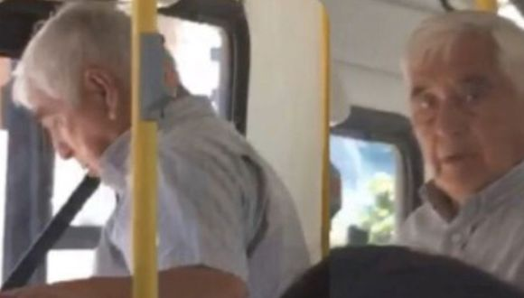 Anciano acosó a joven en bus. (Twitter)
