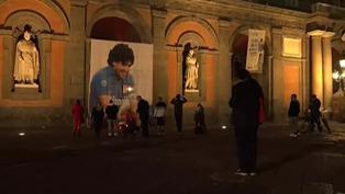 Pancarta con el rostro de Diego Maradona fue desplegado en las puertas del estadio San Paolo de Nápoles