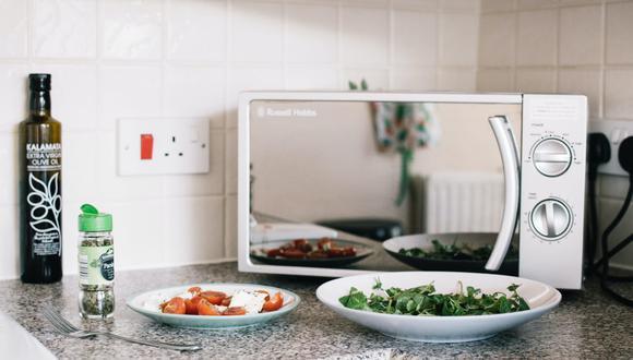 En el microondas se calientan todo tipo de alimentos y es necesario limpiarlo con frecuencia. (Foto: Lisa Fotios / Pexels)