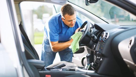 Lava tu vehículo durante temporadas de alta temperatura por lo menos una vez cada dos semanas. Procura no hacerlo con los rayos del sol cayendo directamente en él.