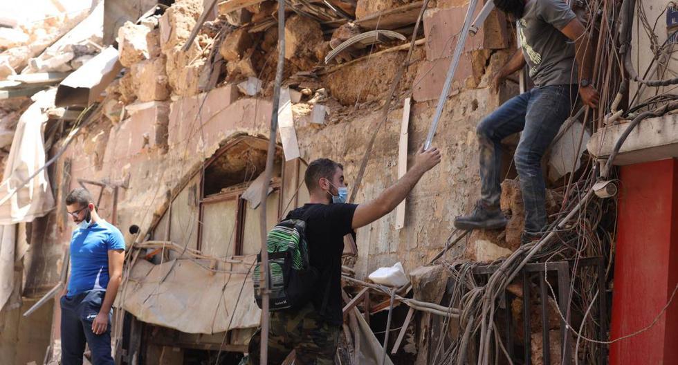 Imagen referencial. Los jóvenes inspeccionan los daños en un edificio, un día después de una explosión en el puerto de Beirut (Líbano). Foto del 5 de agosto de 2020. (EFE/EPA/IBRAHIM DIRANI / DAR AL MUSSAWIR).