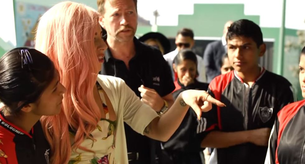 Lady Gaga y la vez que visitó un colegio en Ventanilla