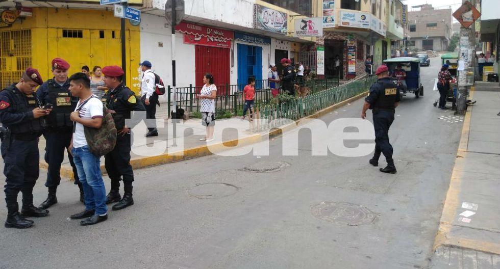 Efectivos policiales patrullan bancos y casas para erradicar la inseguridad. Foto: Trome