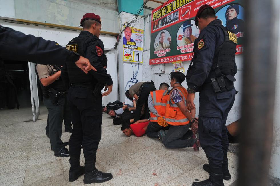 La Policía logró detener a varios delincuentes que causaron destrozos en el local del Partido Democracia Directa. (Foto: Diana Marcelo)
