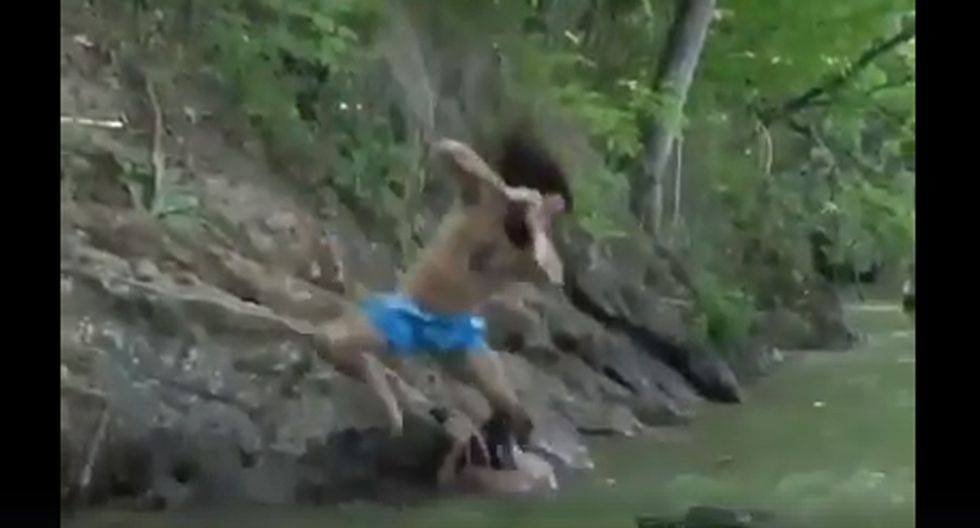 Unos jóvenes se divertían en la orilla de un río cuando un imponente cocodrilo apareció en el lugar de forma repentina. (Foto: Facebook/El chico que aúlla.)