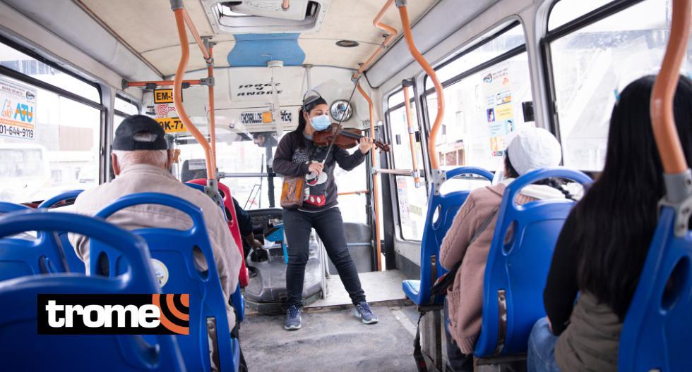 Artista interpreta vals peruanos en buses