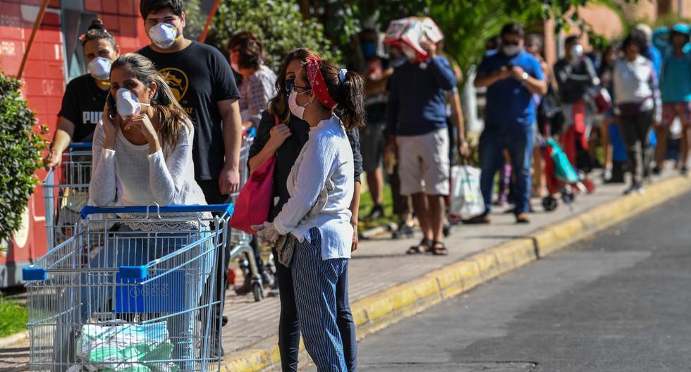 El gobierno peruano tomó la decisión de que los hombres y las mujeres salgan en día intercalados. Imagen referencial de un supermercado en América Latina. (AFP).