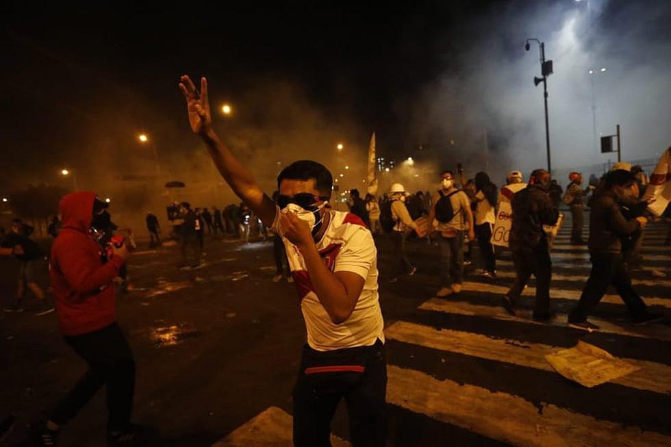 Manifestantes y agentes de la Policía Nacional del Perú se enfrentaron en el cruce de la avenida Abancay y Nicolás de Piérola en el Centro de Lima, en la segunda marcha nacional.
