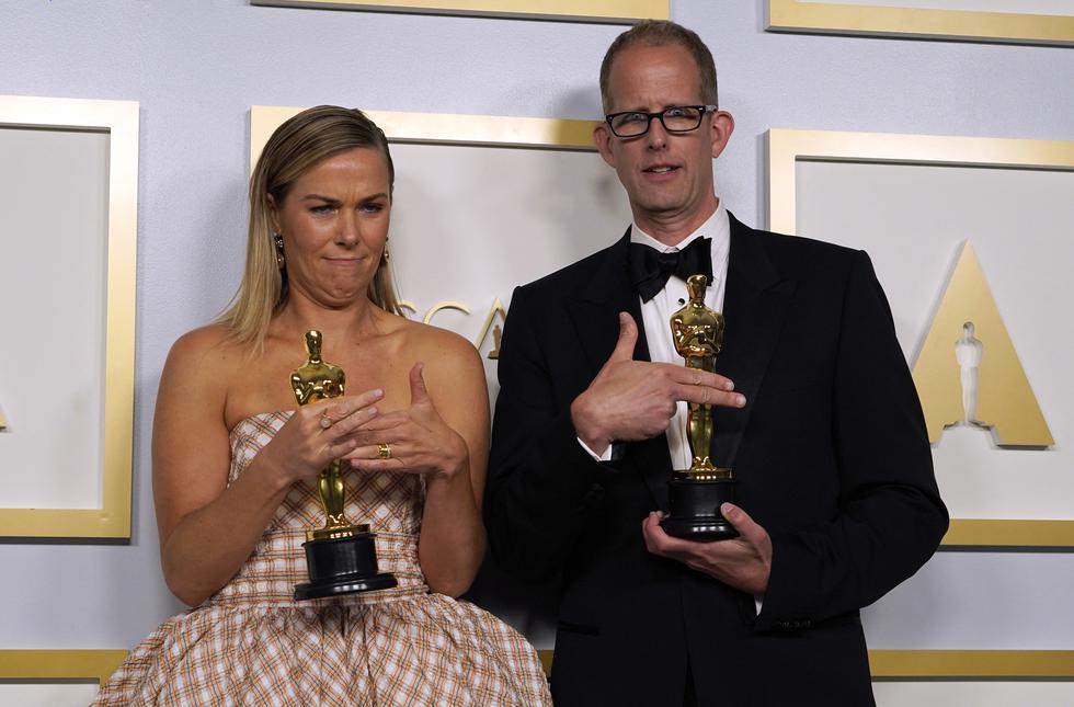 """Dana Murray (izquierda) y Pete Docter, ganadores del premio al largometraje de animación por """"Soul"""", posan en la sala de prensa de los Oscar el 25 de abril de 2021 en Union Station en Los Ángeles. (Foto: Chris Pizzello / POOL / AFP)"""