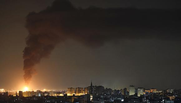Una enorme columna de humo vista desde la ciudad de Gaza se eleva desde una instalación petrolera en la ciudad de Ashkelon, en el sur de Israel, el 11 de mayo de 2021, después de que el movimiento palestino Hamas disparara cohetes desde la Franja de Gaza hacia Israel. (Foto: MOHAMMED ABED / AFP)