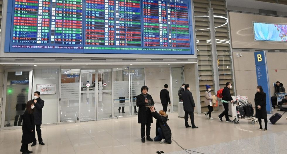 Bong Joon-ho llegó a Seúl y recibió calurosa bienvenida de sus fans  (Fotos: AFP)
