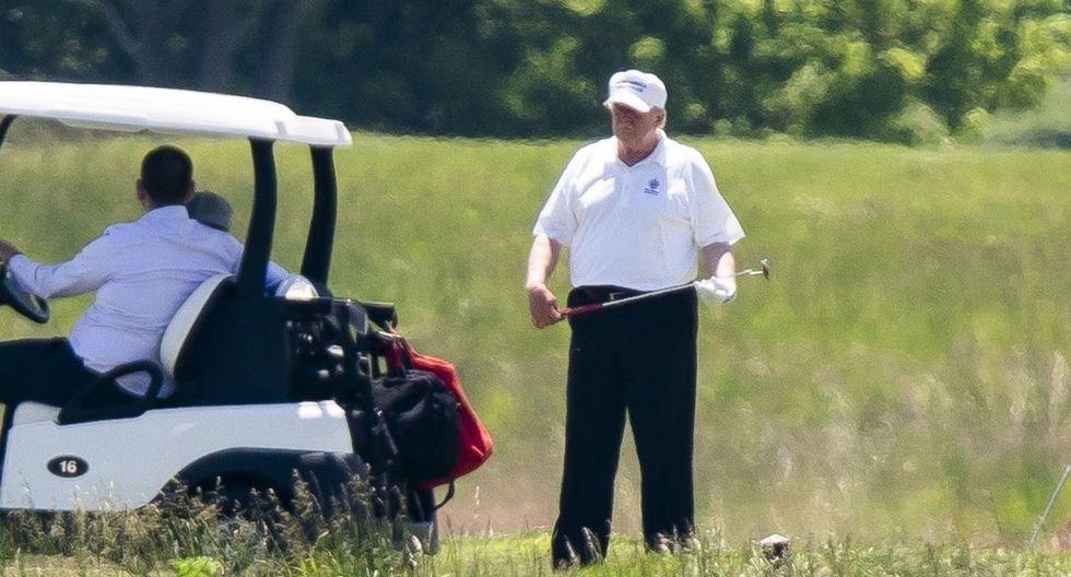 El presidente de los Estados Unidos, Donald Trump, es visto jugando al golf en el Trump National Golf Club. (EFE/EPA/JIM LO SCALZO).