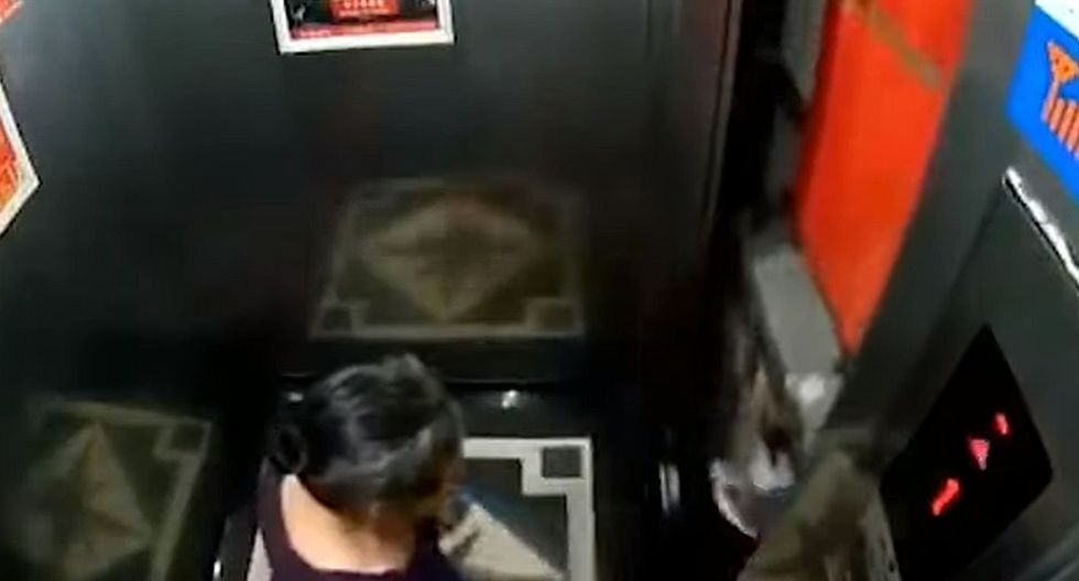 Cuando terminó de salir, el ascensor continuó subiendo. (Foto: captura Facebook)