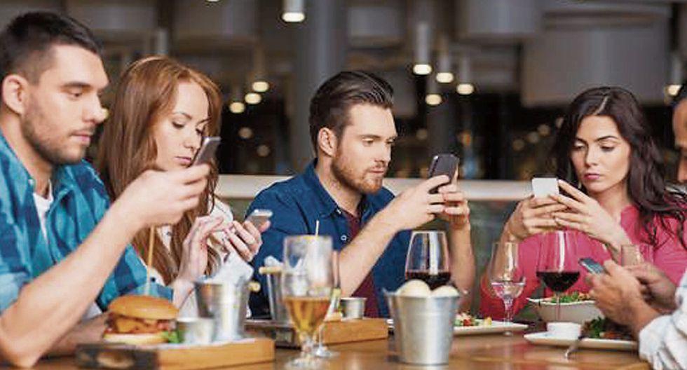 El vicio del celular puede afectar la comunicación entre la familia.