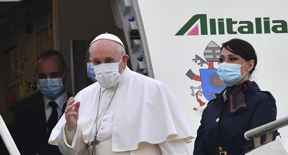 El Papa Francisco aborda un avión que lo llevará a Irak el 5 de marzo de 2021. (Foto de Andreas SOLARO / AFP).