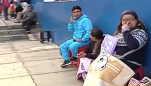Padres de familia se amanecieron haciendo cola por vacantes en colegios