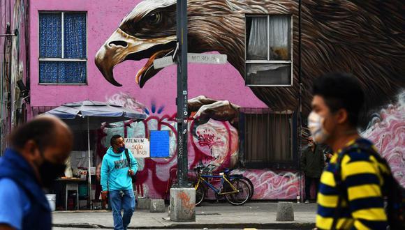 Un alto número de habitantes transitan por las calles sin cubrebocas (o mal colocados) a pesar del alto índice de contagios en Ciudad de México. Imagen del 6 de agosto de 2020. (EFE/Jorge Núñez).
