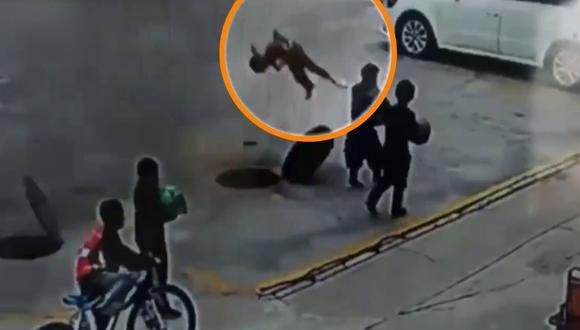 Un video viral muestra cómo un niño salió despedido producto de la explosión de un petardo en una alcantarilla. | Crédito: @shanghaidaily / Twitter.