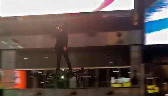 Un hombre sorprendió a los transeúntes del Times Square de Nueva York al volar sobre un don gigante (Foto: Hunter Kowald)