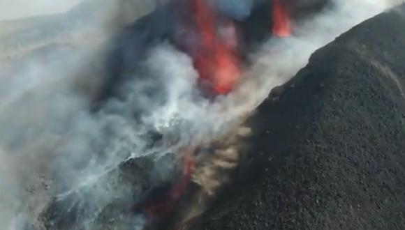 El volcán en La Palma aún no deja de erupcionar y esta vez se rompió el cono del volcán, provocando caída de más lava.(Foto: Twiter @112canarias)