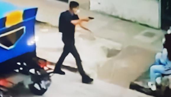Delincuente armado se acerca a las cinco niñas. El atraco fue captado por cámaras de seguridad.