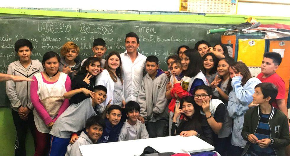 Marcelo Gallardo visitó su escuela para regalar biblioteca y lo desbordó la nostalgia