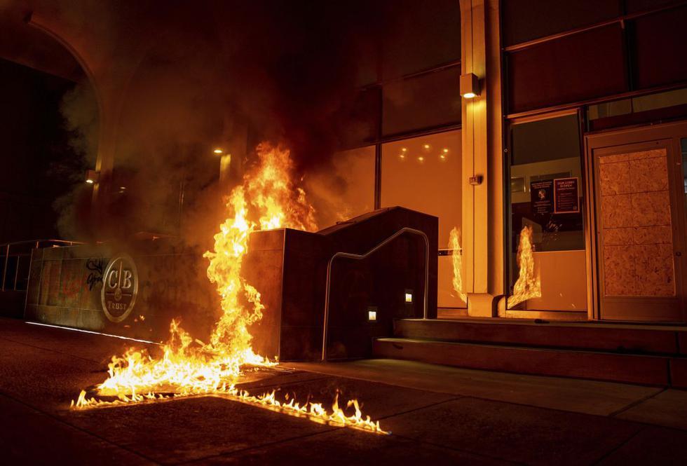 Una protesta que comenzó pacíficamente en la ciudad californiana de Oakland (Estados Unidos) terminó con múltiples incendios, varios autos dañados y numerosas ventanas rotas. (Texto y foto: AP).