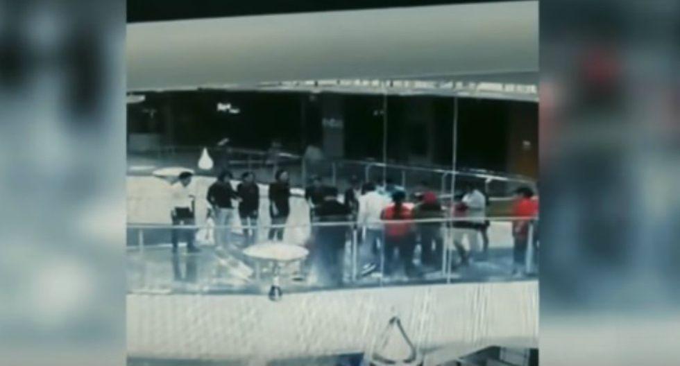 La protagonista del video llegaba tarde a una reunión cuando decidió utilizar una pasarela del tanque como atajo. (Foto: YouTube/Captura)