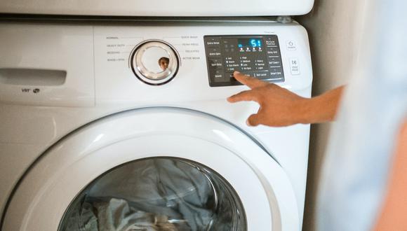 Si las zapatillas están desgastadas o tienen una mancha muy difícil de sacar, puedes recurrir a la lavadora. (Foto: Pexels)