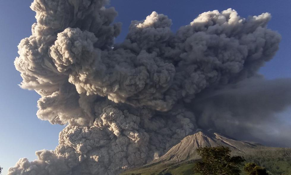 El volcán indonesio Sinabung entró en erupción el martes por la mañana con una espectacular columna de ceniza y humo de varios kilómetros de alto sobre el nivel del mar, con un cielo azul de fondo. (Texto: AFP / Foto: AP).
