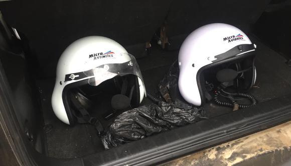Estos son los cascos que llevaban los tripulantes extranjeros que fueron hallados por un pescador en la playa San Bartolo. (FOTO: Marina de Guerra)