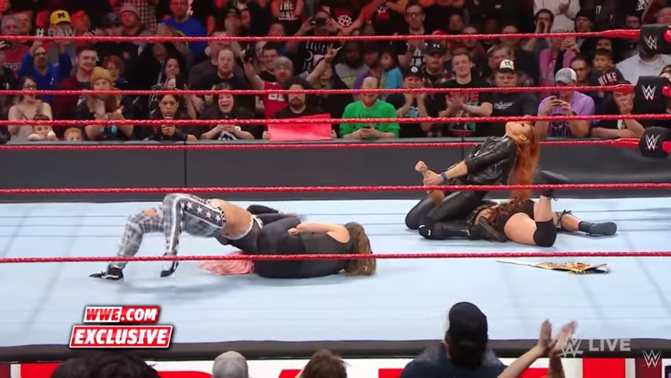 Becky y Ronda Rousey unieron fuerzas después de la transmisión de RAW. (WWE)
