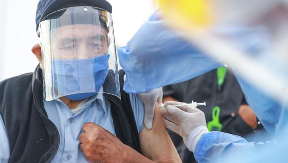 """Si estás entre los 70 y 79 años, debes saber que el Minsa ya habilitó la plataforma del Padrón Único Nacional de Vacunación, denominado """"Pongo el hombro por el Perú"""" (Foto: Andina)"""