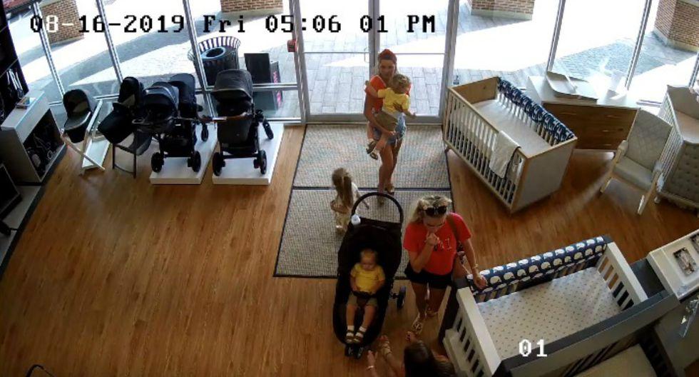 Indignación entre los usuarios de redes sociales es lo que viene causando la escena captada por la cámara de seguridad de una tienda para niños en Estados Unidos. (Foto: Captura)