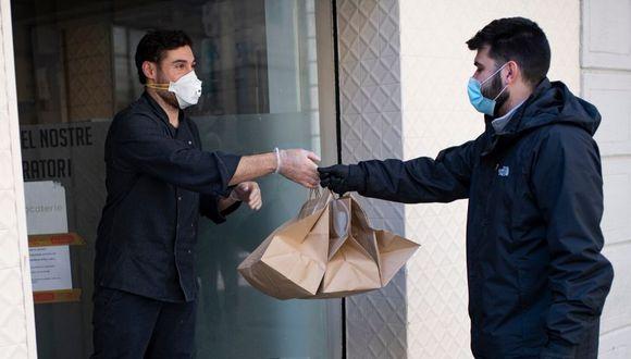 Mantén al menos un metro de distancia del repartidor del pedido. (Foto: AFP)
