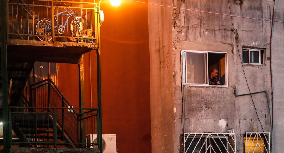 Un hombre observa desde la ventana de su hogar este jueves 2 de junio de 2020, luego del endurecimiento de la cuarentena obligatoria por el COVID-19, en el barrio Fuerte Apache en la provincia de Buenos Aires (Argentina). (EFE/Juan Ignacio Roncoroni).