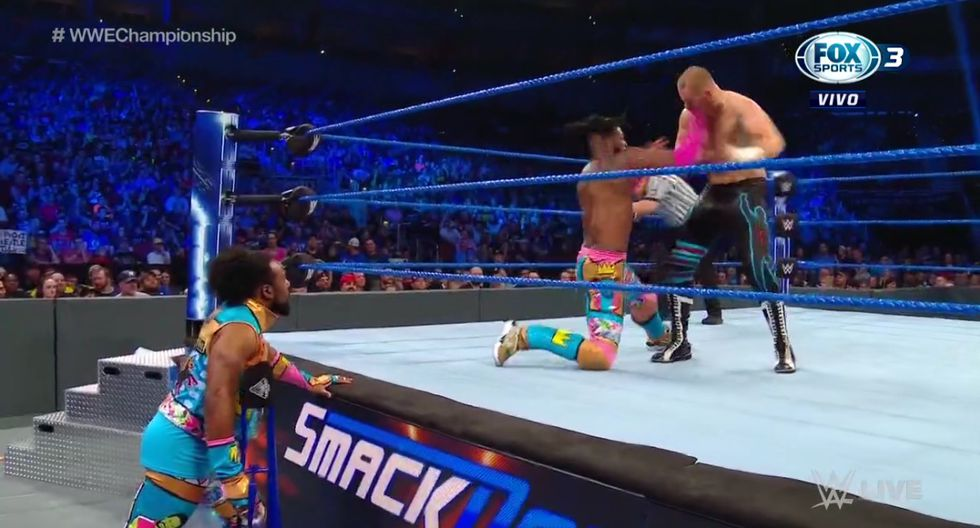 Kofi Kingston también defendió el título de WWE, un día antes, ante Daniel Bryan. (Captura TV)