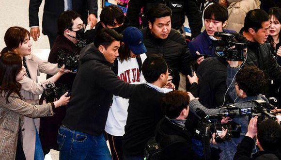 La estrella de K-pop Jung Joon-young rodeada de reporteros cuando llega al aeropuerto internacional de Incheon. (Foto: AFP)