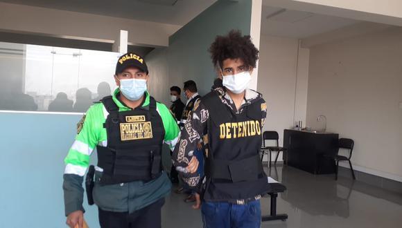 El venezolano Gabriel Camacho Martínez (18) fue atrapado por los policías de la comisaría de Caja de Agua, por extorsionar a un menor de 14 años. (foto: Mónica Rochabrum/Trome)