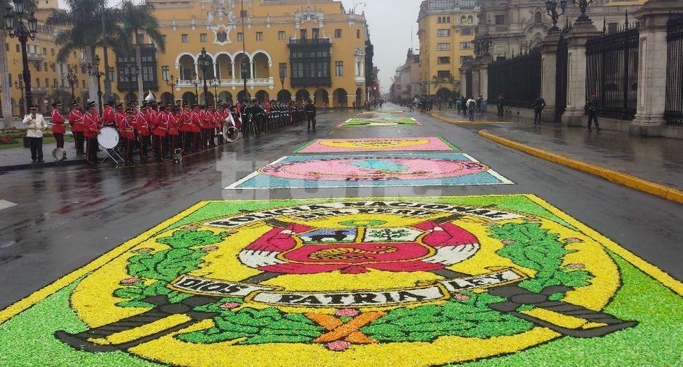 Alfombras florales y la PNP aguardan para rendir homenaje a Santa Rosa de Lima en la Plaza Mayor, donde se celebrará la Misa. Fieles también van al Santuario de la avenida Tacna, por el 'Pozo de los Deseos. (FOTOS Y VIDEO: Isabel Medina / Trome)
