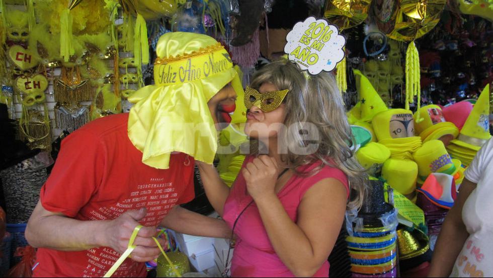 """""""Yahaira Plasencia y Jefferson Farfán son la pareja del año. La gente arma su fiesta en casa y se divierte  caracterizándolos"""", dijeron los comerciantes (FOTOS Y VIDEO: Isabel Medina / Trome)"""