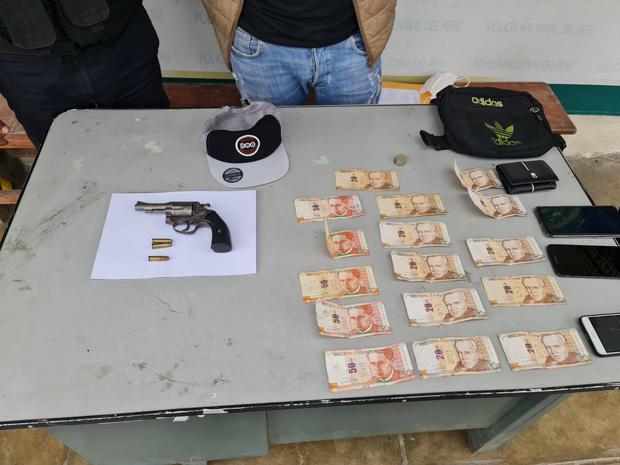 Se le encontró un revólver, dinero y los celulares robados.