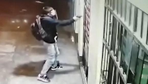 Al ver a su víctima, sujeto saca su arma y dispara.