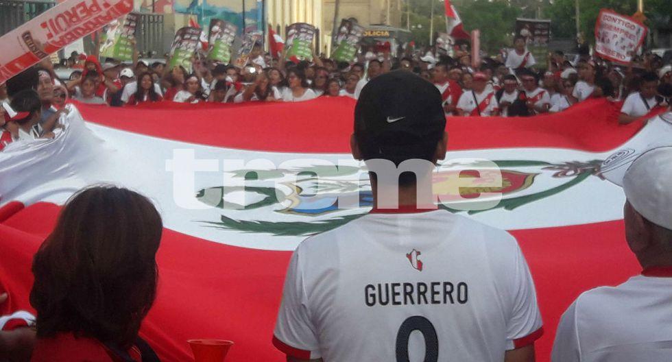 Cientos de personas marchan por Paolo Guerrero en el Estadio Nacional. (Fotos: Trome)