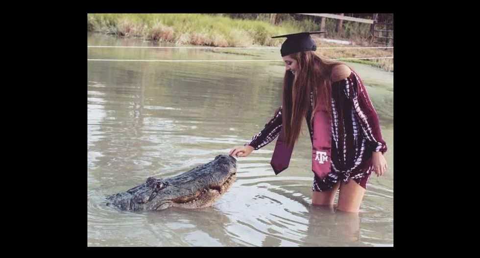 Joven de 20 años se graduó y posó dándole de comer a un cocodrilo en Estados Unidos.