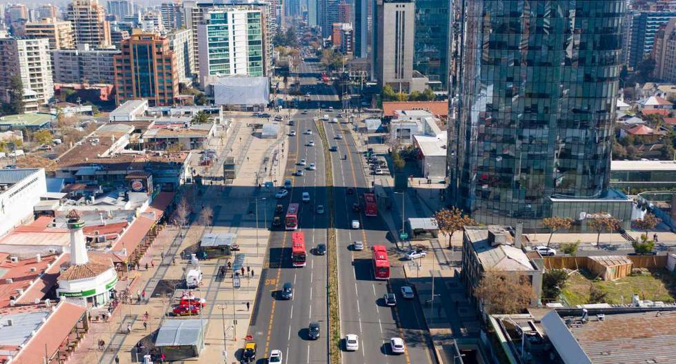 Vista aérea de una avenida de Santiago de Chile en medio de la pandemia del nuevo coronavirus. Imagen del 28 de julio de 2020. (AFP / MARTIN BERNETTI),