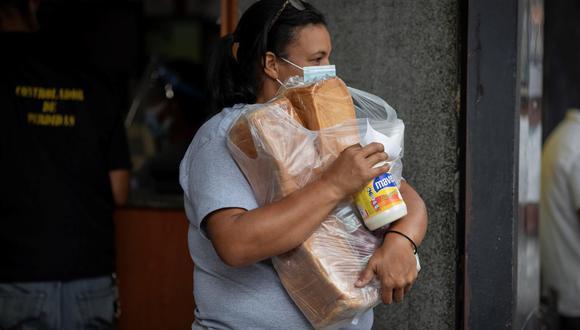 55 dólares al mes no garantizan ni siquiera los alimentos para una familia de cuatro miembros. Se estima que se necesitan más de 280 dólares para adquirir la canasta alimentaria en Venezuela. (Foto: EFE/RAYNER PEÑA R.)