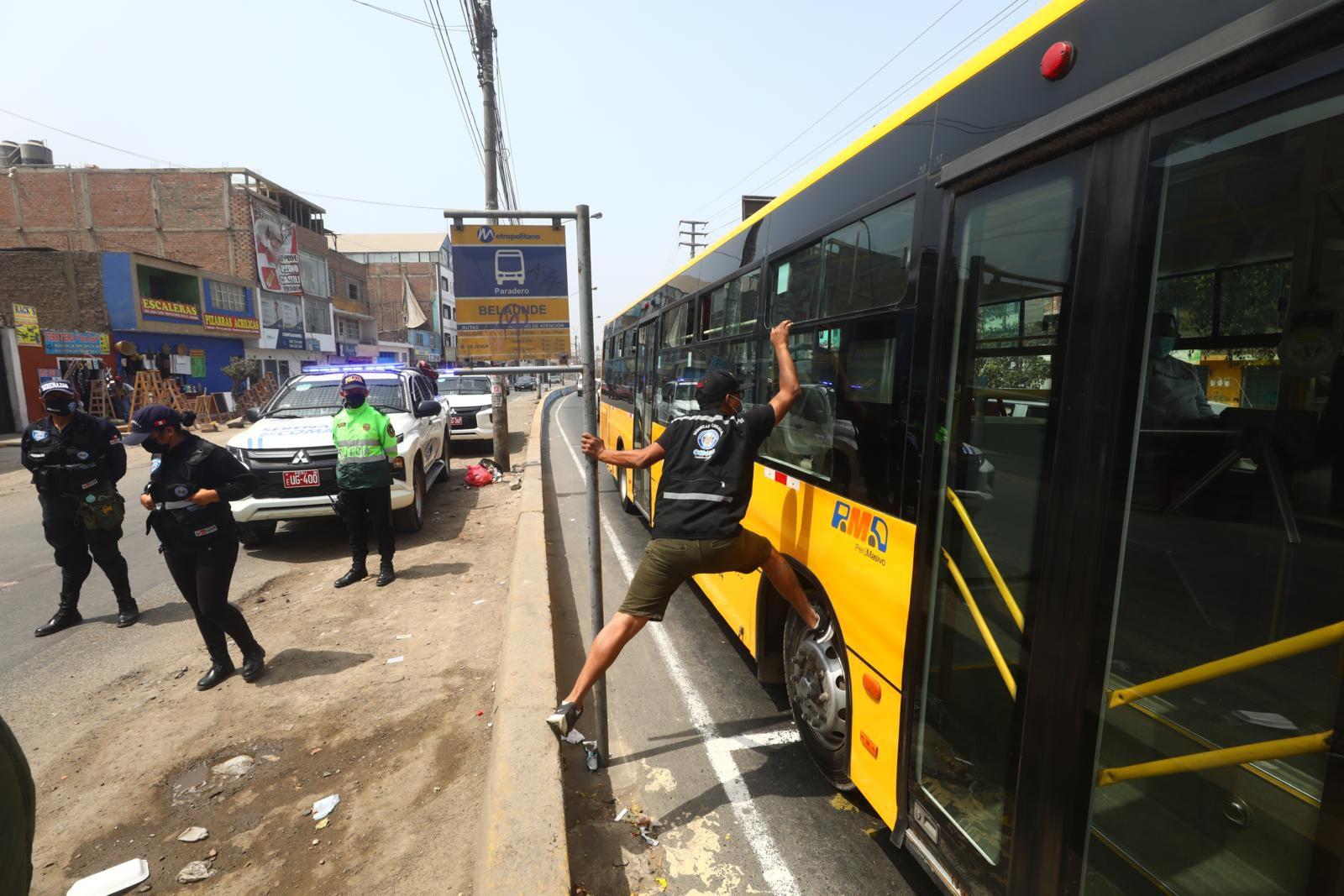 Recreación de la forma cómo trepaban a los buses alimentadores del Metropolitano. | Foto: Gonzalo Córdova