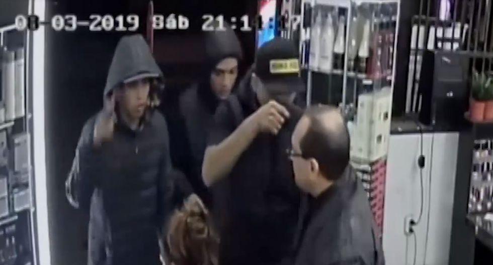 El impactante momento en el que ladrones armados golpean a barbero y roban a madre con niño de 2 añitos. Foto: Captura de América Noticias