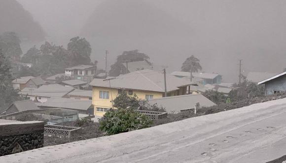 Casas en Chateaubelair, San Vicente, cubiertas de ceniza después de la erupción del volcán La Soufriere. (Foto: AFP)
